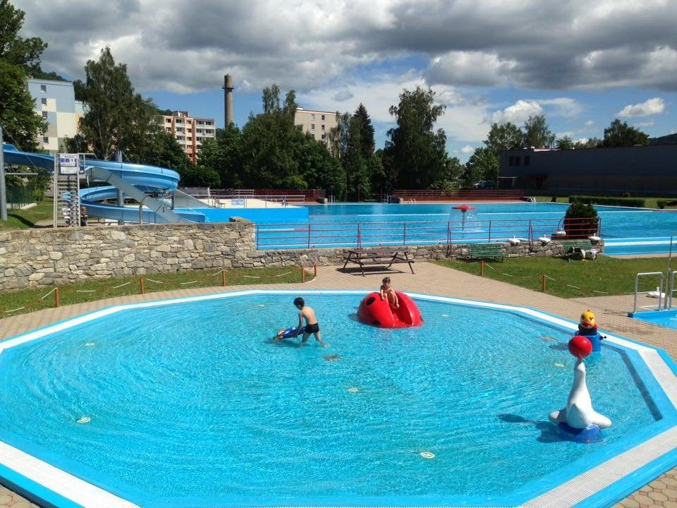 Jesenické letní koupaliště opět v provozu! Našli se už i první plavci.