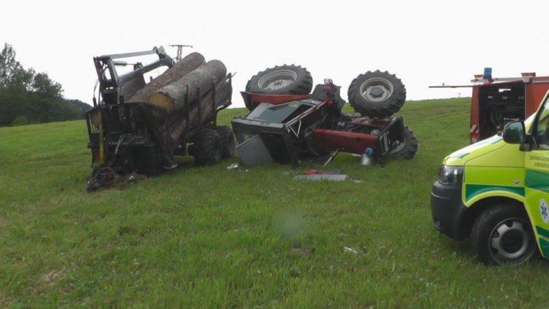 V Dětřichově se převrátil traktor se dřevem, řidič naštěstí vyvázl pouze s lehkým zraněním