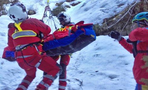 Mladá žena se zřítila ze zledovatělého srázu u vodopádů Bílé Opavy. Z nepřístupného terénu jí vyzvedli záchranáři horské služby pomocí vrtulníku
