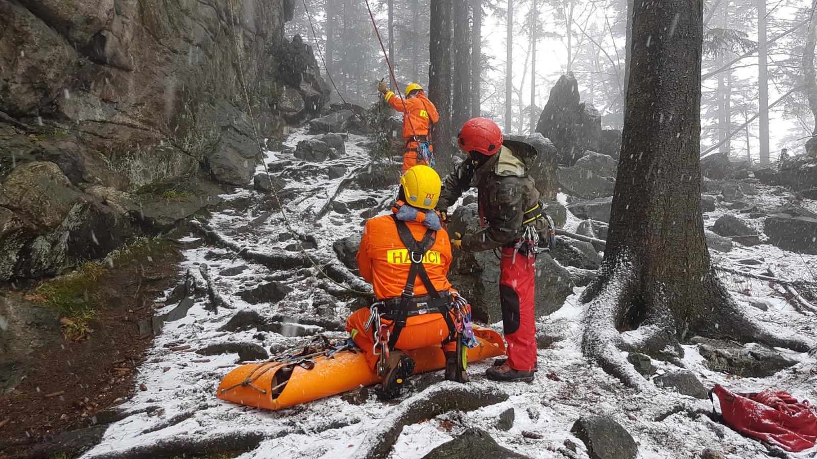 Čeští a polští hasiči cvičili na Čertových kamenech