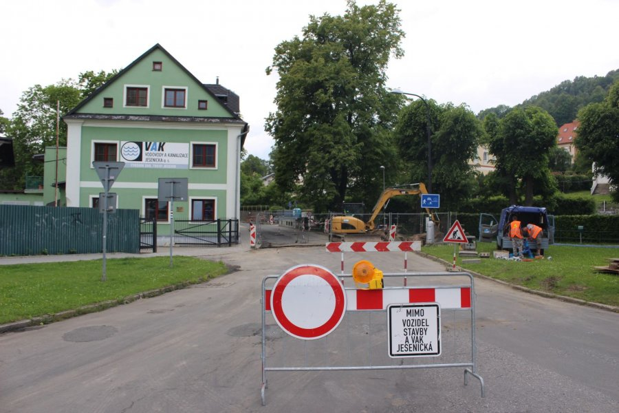 Rekonstrukce inženýrských sítí v Tyršově ulici omezila dopravu. Životnost kanalizace a vodovodu jsou dávno za hranicí životnosti a proto je jich oprava nevyhnutelná