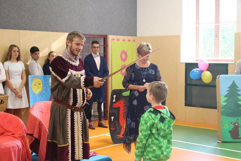 Nové prvňáčky přivítali král a královna hradu Školštejn