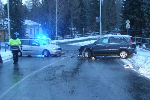 Páteční počasí potrápilo řidiče na Jesenicku, kvůli nehodě zkolabovala ranní doprava z Jeseníku na Českou Ves