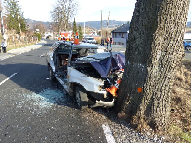 Při tragické dopravní nehodě v Jeseníku vyhasly dva mladé životy