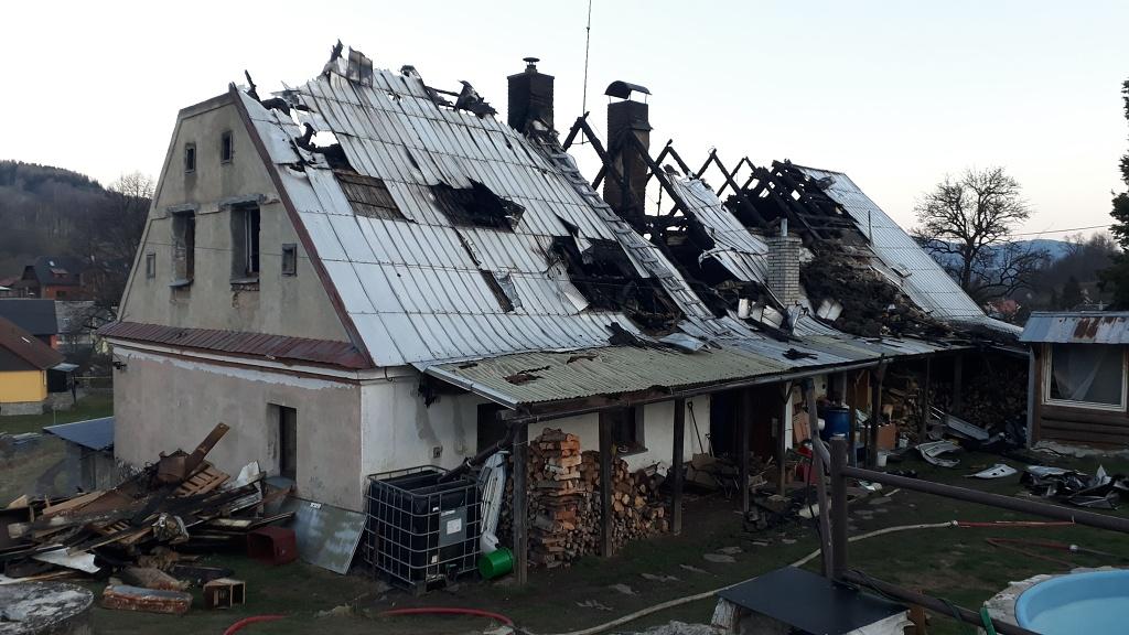 Rodina s malými dětmi zůstala po požáru bez střechy nad hlavou – pomůžeme?