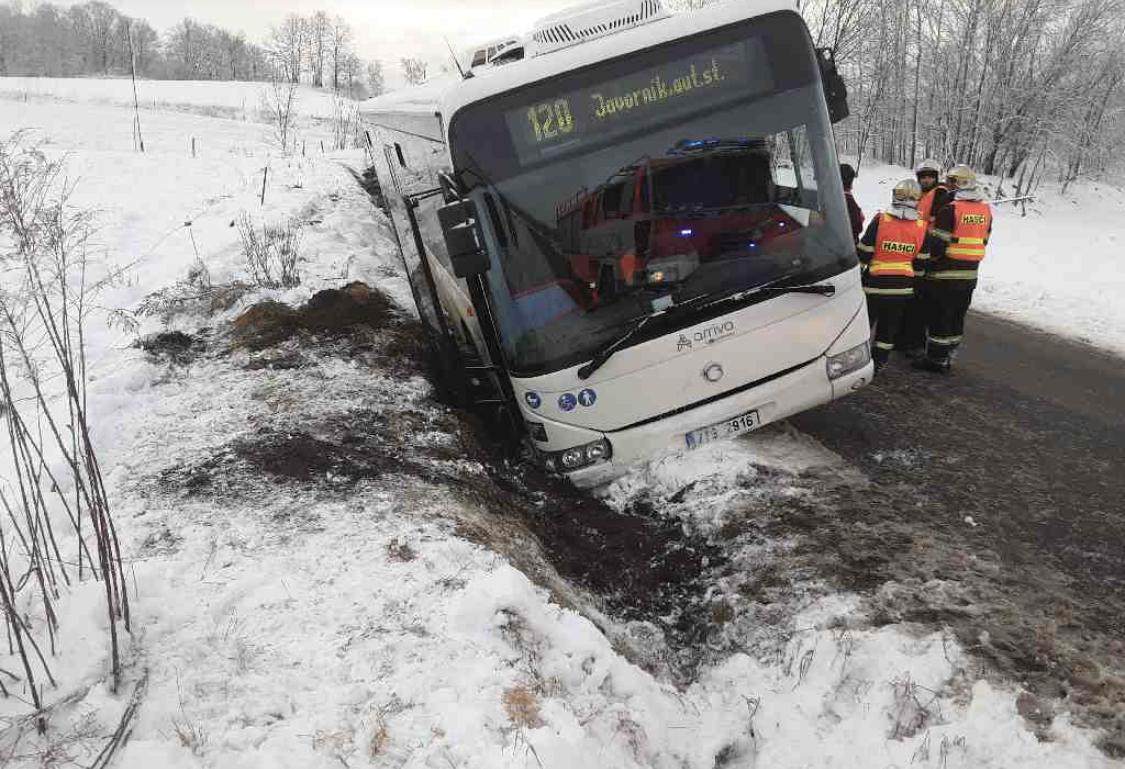Na Jesenicku dnes ráno havaroval autobus scestujícími. Následky havárie naštěstí nejsou vážné