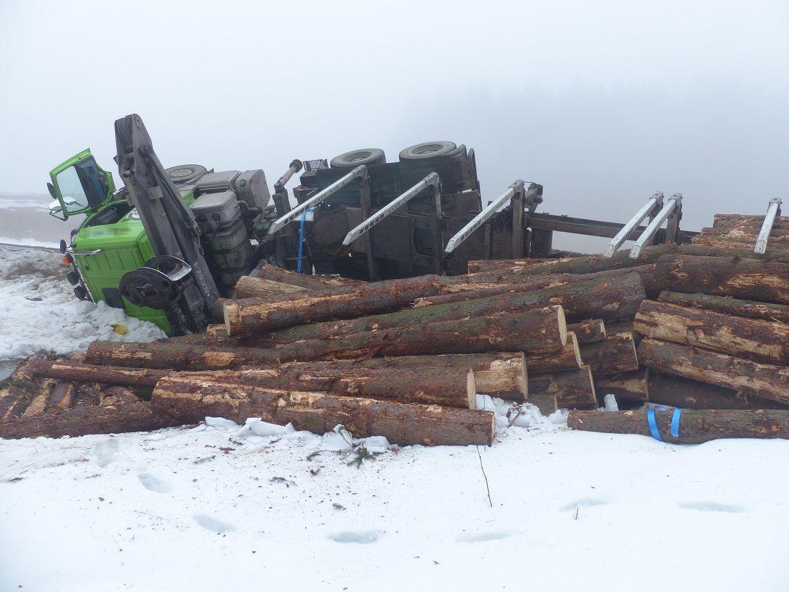Na Rejvíze se převrátil plně naložený kamion dřevem