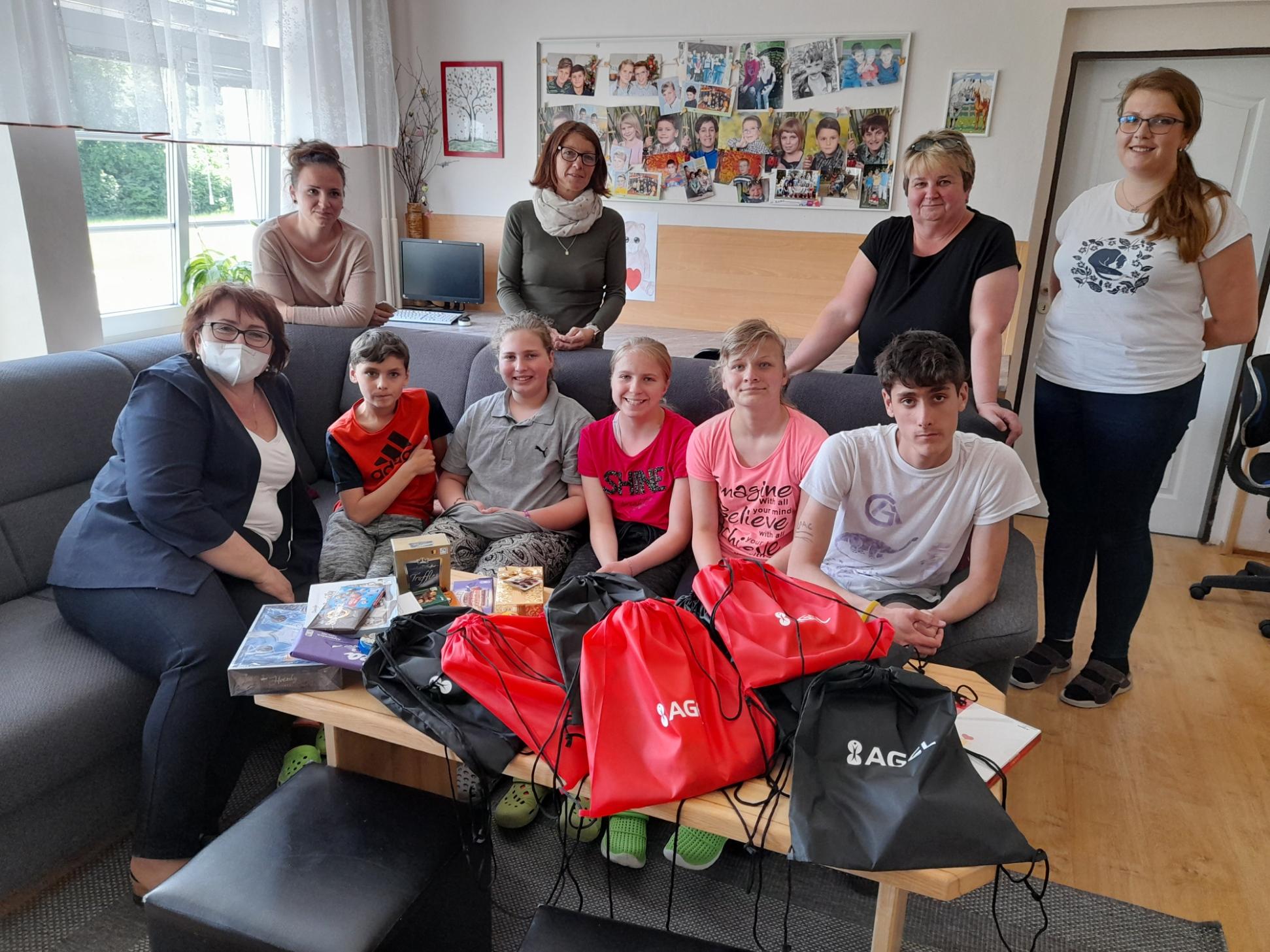 Na den dětí rozdávala Nemocnice AGEL Jeseník dárky v Dětském domově Černá Voda
